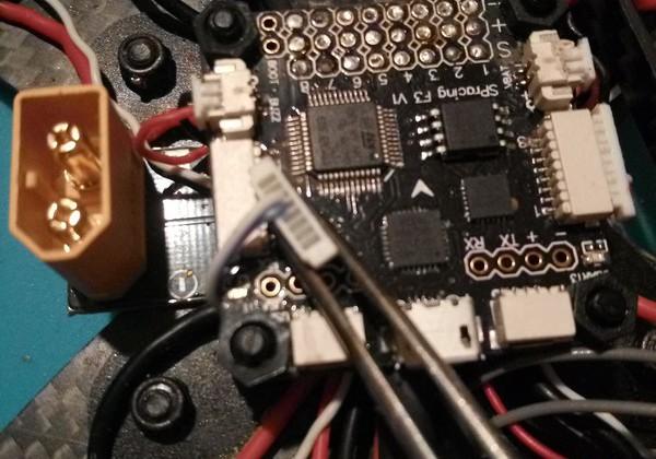 levý konektor